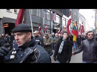 Марш латышских нацистов. Старик в пику всем играет советские военные песни.